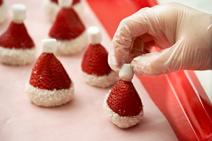 strawberry-santa-hat-diy5