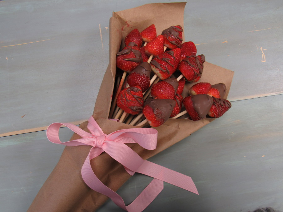 valentine's day diy chocolate covered strawberry bouquet